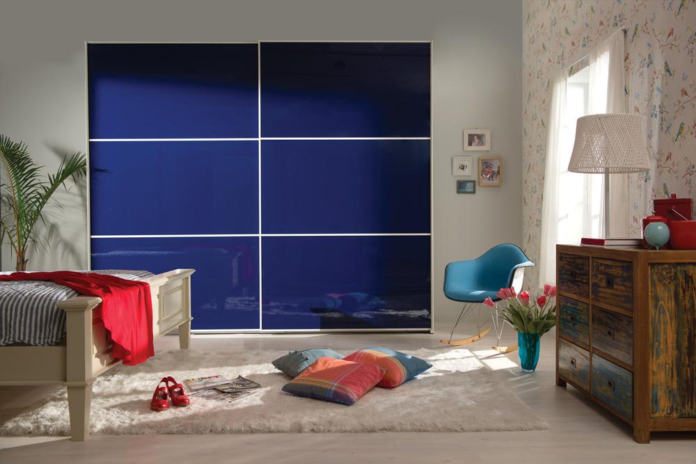ריביירה--ארון-הזזה-מאובזר-בדלתות-זכוכית-כחולות